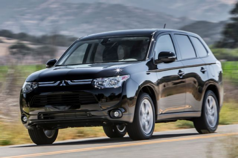 2014 Mitsubishi Outlander SE AWD Front View In Motion